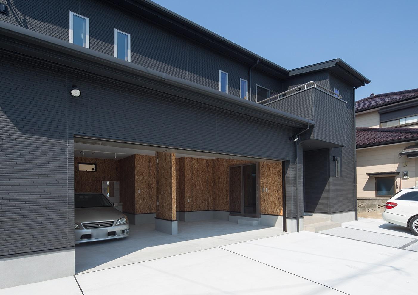 車2台がゆっくりと駐車でき作業スペースもあるガレージ
