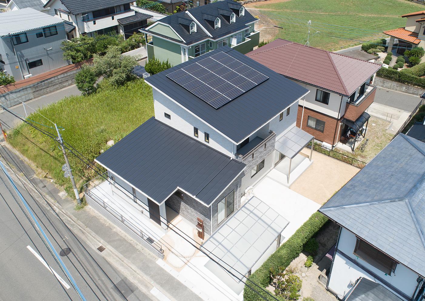 外観 2階の屋根は片屋根にして南側に傾斜をつけ太陽光発電の効率が良い屋根です。